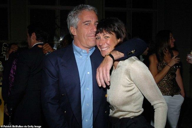 曾為名人安排性派對的已故富豪艾普斯坦(Jeffrey Epstein,左),他的英國名媛女友季絲蘭•麥斯威爾(Ghislaine Maxwell,右)2日上午被美國聯邦調查局探員逮捕。。(Getty Images)
