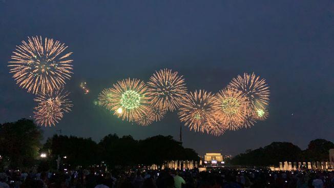 川普政府今年國慶節將在國家廣場舉行大型煙火秀,預計時間長達35分鐘,共有1萬多發煙火。圖為去年國慶煙火秀。(記者張筠 / 攝影)
