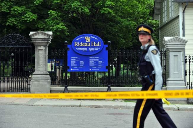 加拿大官員表示,警方今天清晨在加拿大總理杜魯道(Justin Trudeau)居住的渥太華管制區內逮捕一名武裝男子,當時杜魯道並不在此處。圖為警方在總督官邸麗都堂外拉起封鎖線。Getty Images