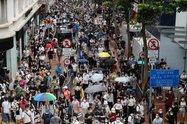 美參眾兩院通過「香港自治法」,授權總統制裁損害香港自治的中國官員與金融機構。路透