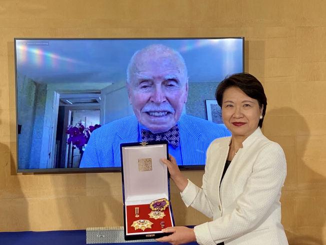 徐儷文(右)代表中華民國政府,頒授孔傑榮「大綬景星勳章」 。(經文處提供)
