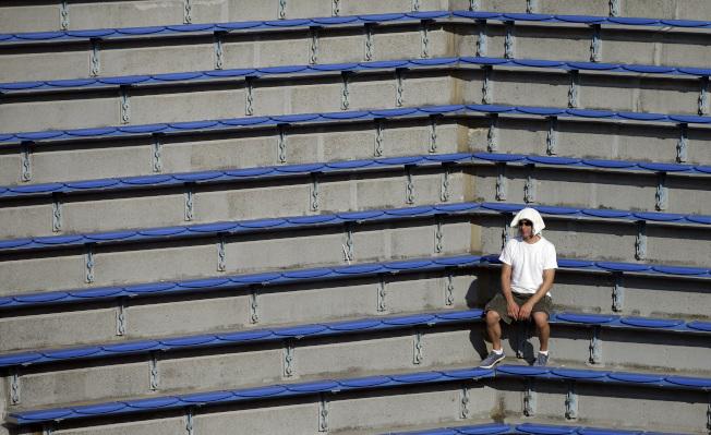 美國網球公開賽考慮邀請在第一線對抗疫情的人員與其家屬進場看球。圖為2014年場中的一名球迷。(美聯社)