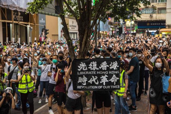 「港區國安法」實施第二天,香港政府宣布,社會大眾不應再高呼「光復香港,時代革命」口號,否則便是以身試法。(Getty Images)