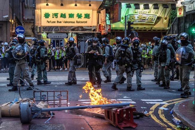 「港區國安法」上路,香港街頭出現示威人潮,港警出動維持街頭秩序。(Getty Images)