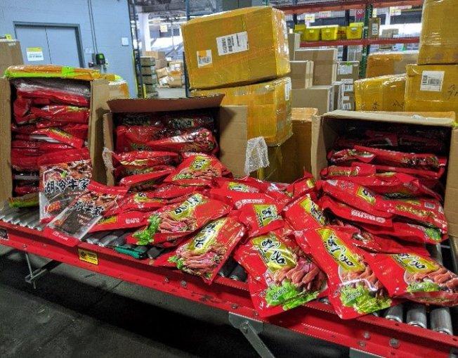 聯邦海關與邊境保護局農業部的專員日前在甘迺迪國際機場沒收一批從香港運來,重達45公斤的鴨脖小吃。(CBP提供)