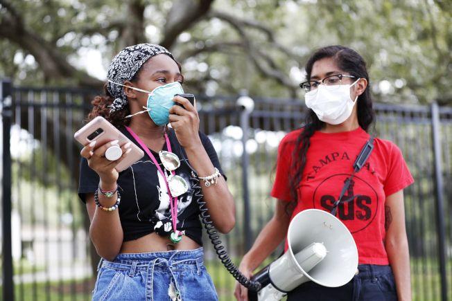 全美40州確診病例升高,佛州單日新增病例逾萬破紀錄。圖為佛州坦帕市的非洲裔學生在要求增加非裔學生入學率的活動中戴著口罩。(Getty Image)