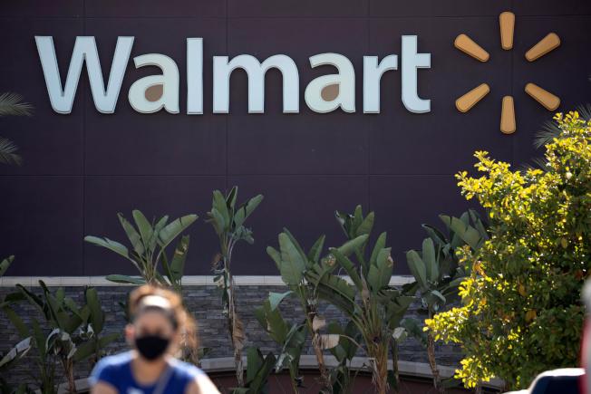 沃爾瑪8月起將陸續在160家美國門市的停車場設置露天汽車電影院。路透