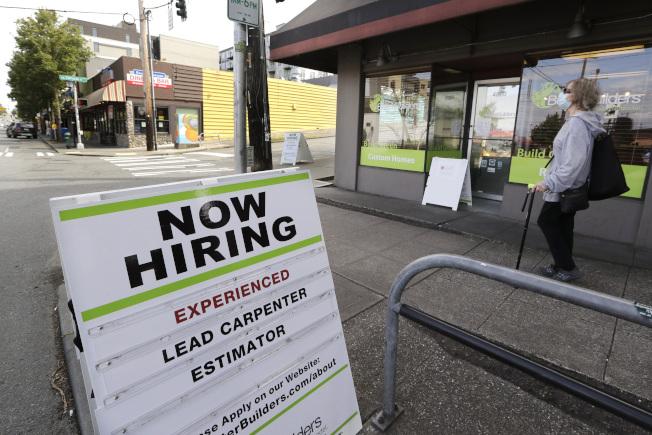 6月就業大增,超過預期;一些商家開始招聘人手。(美聯社)