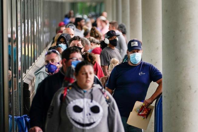 上月中旬在美國肯塔基州Frankfort就業服務中心,請領失業補助的人大排長龍。  路透