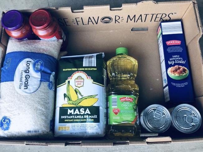 每箱食品包括主食、副食和罐頭等 。(慈濟提供)
