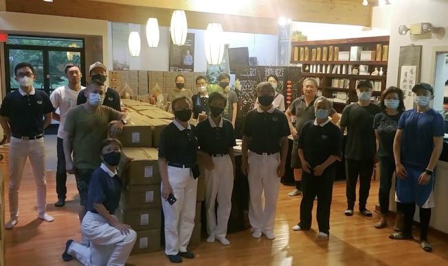 華府慈濟志工在維州會所分裝發放物資 。(慈濟提供)