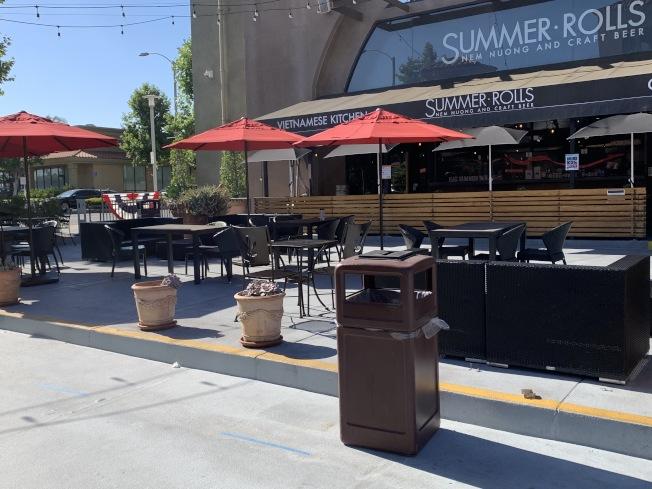天普市山茶花廣場有一處有室外用餐區域。(記者謝雨珊/攝影)