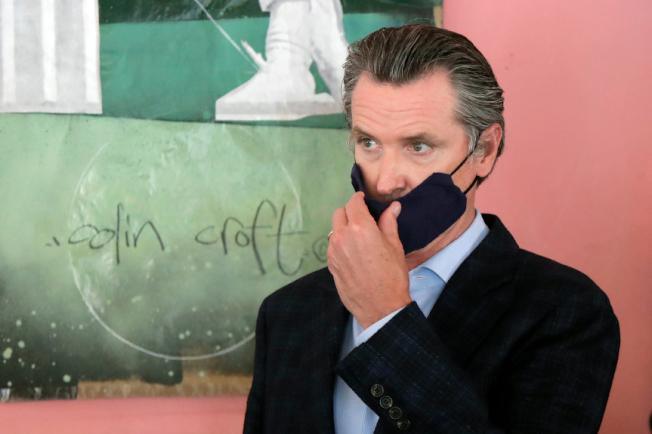 加州州長紐森發起公眾戴口罩意識運動,以身作則戴著防護口罩。(美聯社)
