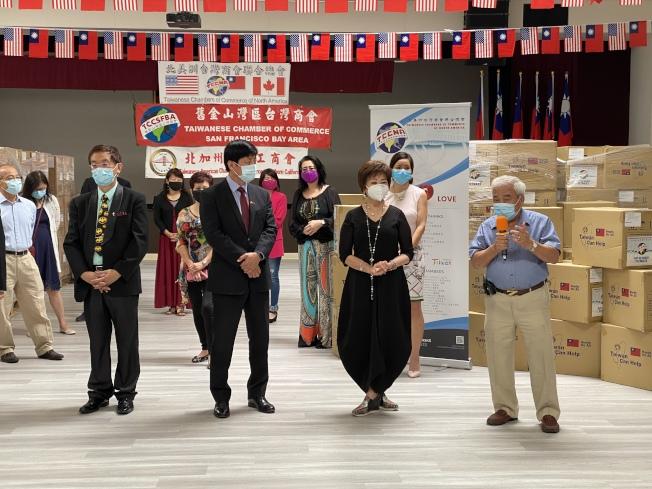 北美台灣商會聯合總會舉辦「一千萬個口罩、一千萬個愛心」,北加分配到超過百萬片口罩,已抵達灣區。(記者李榮/攝影)