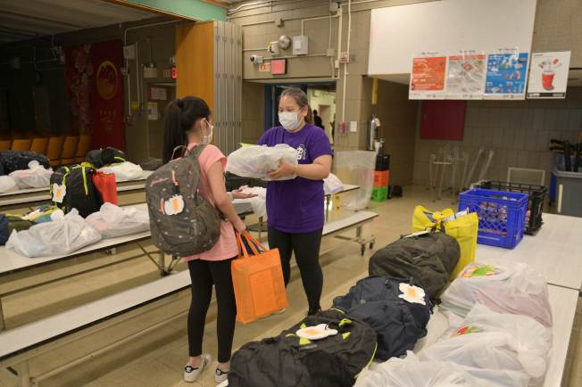 紐約市公校秋季是否重開還是未知數;圖為公校學生暑期開始前返校取回留在校園內的私人物品。(Getty Images)