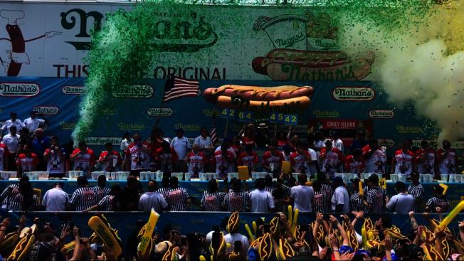 紐約市國慶日傳統活動「Nathans國際吃熱狗大賽」4日雖將如約登場,但將採取不同以往的比賽方式。(本報檔案照)
