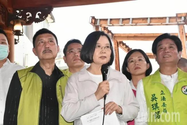 台灣將在美國關島恢復設立「駐關島台北經濟文化辦事處」,總統蔡英文(前排左三)今天前往深坑老街視察,她表示,有需求就設置。(記者江婉儀/攝影)