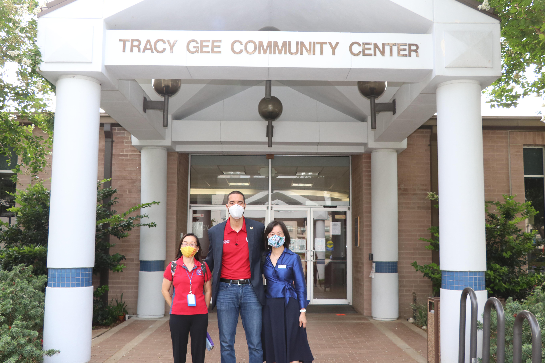哈里斯縣行政書記官Chris Collins(中)到Tracy Gee中心視察,由華裔選務負責人芮久玟(右)陪同。(記者封昌明/攝影)