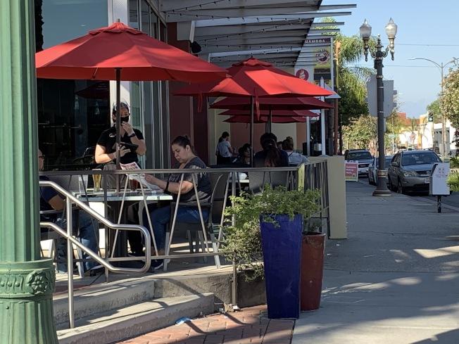 阿罕布拉市的速食餐廳設有戶外座位,晚餐時間吸引些許民眾坐在戶外與親友享受美食。(記者謝雨珊/攝影)