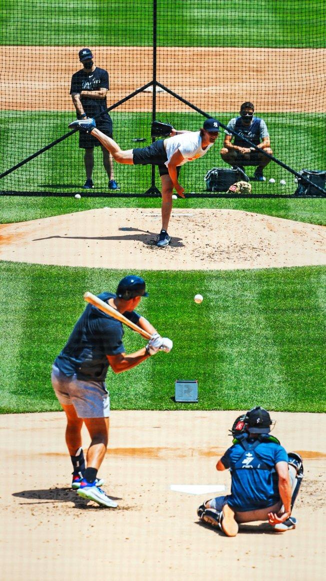 洋基投手柯爾進行實戰投打練習,與重砲賈吉上演對決。(取材自洋基官方推特)