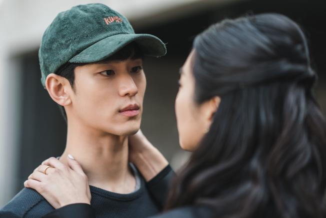 金秀賢(左)與徐睿知主演的新劇「雖然是精神病但沒關係」頻涉敏感話題引熱議。(圖:Netflix提供)