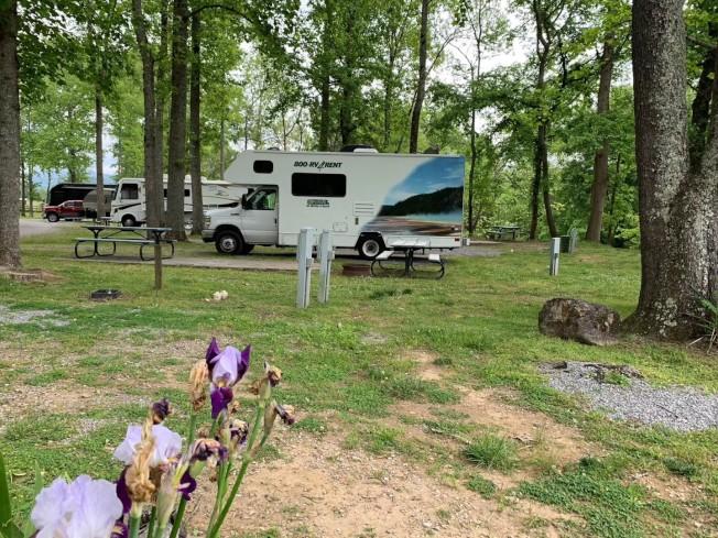 露營車旅行正流行,營地裡有許多同好。(孫揚提供)