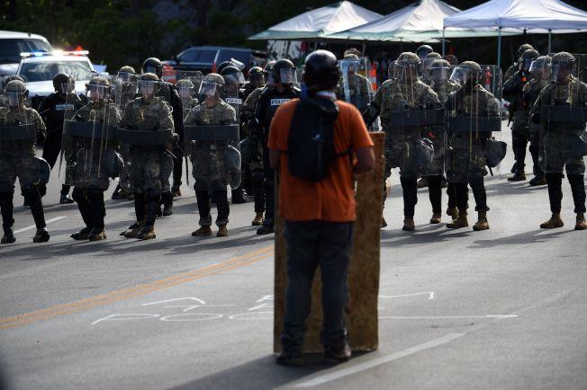 川普總統3日前往南達科他州的總統山國家紀念公園,參加美國國慶煙火施放並發表演說。圖為當地部落的居民,在軍警前示威抗議。(Getty Images)