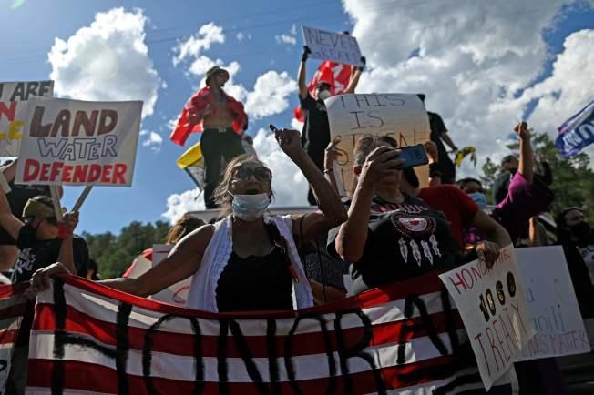 川普總統3日前往南達科他州的總統山國家紀念公園,參加美國國慶煙火施放並發表演說。圖為當地部落的居民,擋住前往總統山的道路。(Getty Images)