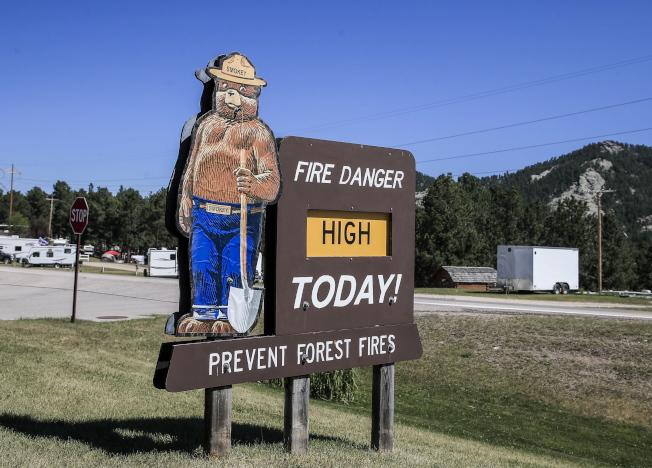 川普總統3日前往南達科他州的總統山國家紀念公園,參加美國國慶煙火施放並發表演說,總統山附近的山頭正有野火。(歐新社)