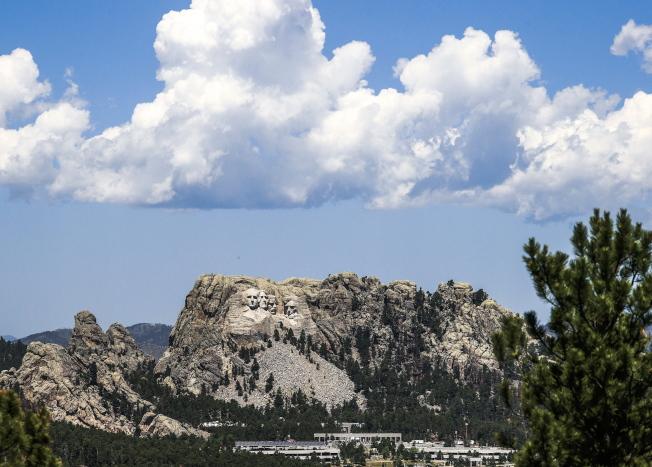 川普總統3日前往南達科他州的總統山國家紀念公園,參加美國國慶煙火施放並發表演說。( 歐新社)