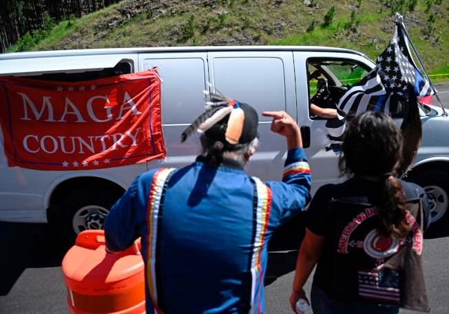 川普總統3日前往南達科他州的總統山國家紀念公園,參加美國國慶煙火施放並發表演說。圖為當地部落的居民在現場抗議。(Getty Images)