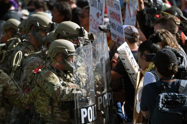 川普總統3日前往南達科他州的總統山國家紀念公園,參加美國國慶煙火施放並發表演說。當地部落的居民抗議,軍警人員鎮守現場。(Getty Images)