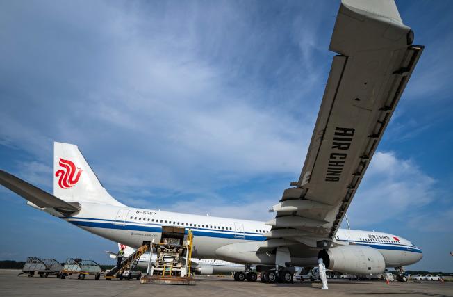 北京首都機場開放有條件離京,航班詢問度大增。圖為首都機場加強航空器監管防疫。(新華社)