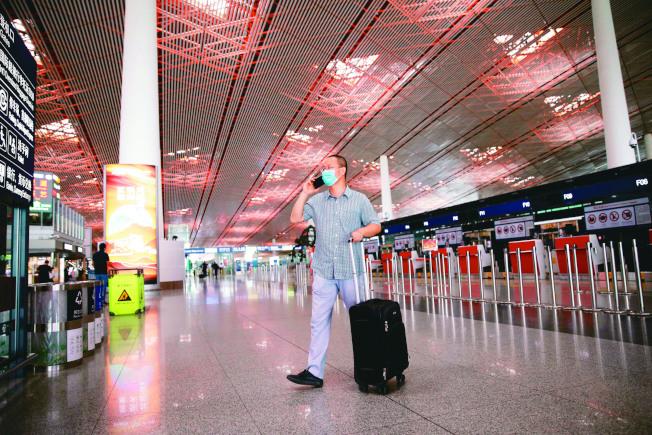 北京低風險地區出京無須核酸證明,機票搜索量漲500%。圖為北京爆發新疫情後,因大砍航班而變得冷清的北京機場。(路透)
