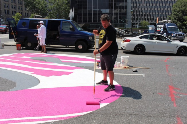 「黑人的命也是命」巨型街道彩繪中央街動工。(記者張晨/攝影)