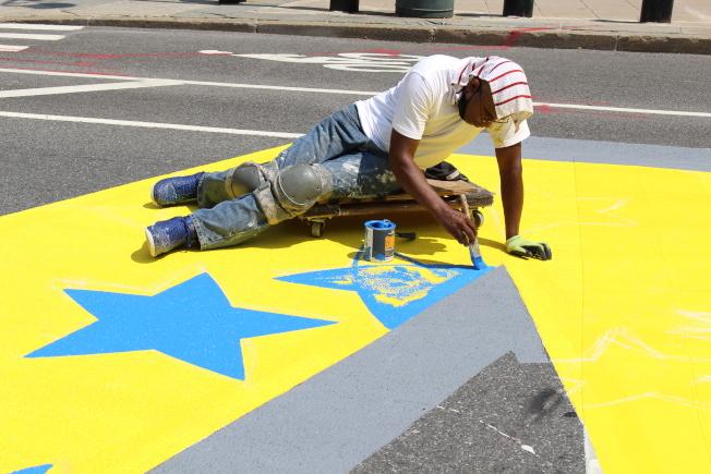 藝術家們用筆填塗畫作。(記者張晨/攝影)