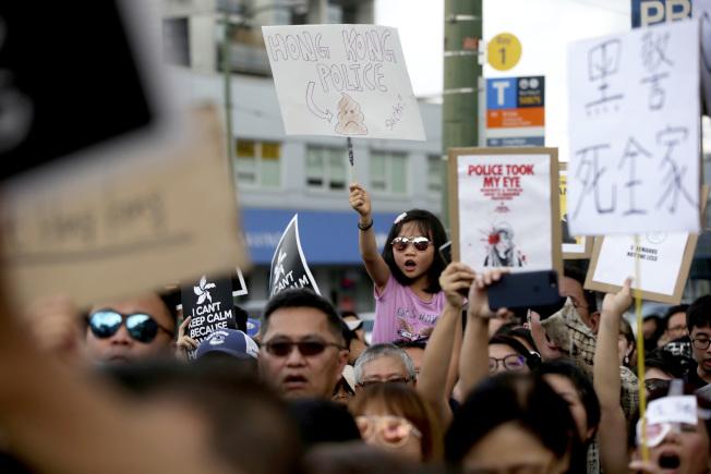加拿大3日宣布暫停與香港之間的引渡協定。圖為溫哥華民眾去年8月走上街頭聲援香港。(美聯社)