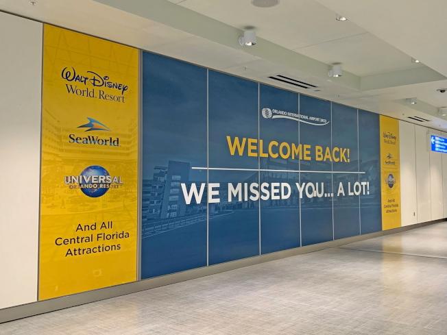 奧蘭多國際機場特別製作歡迎看板,歡迎來自各地的旅客。(取自臉書官網)