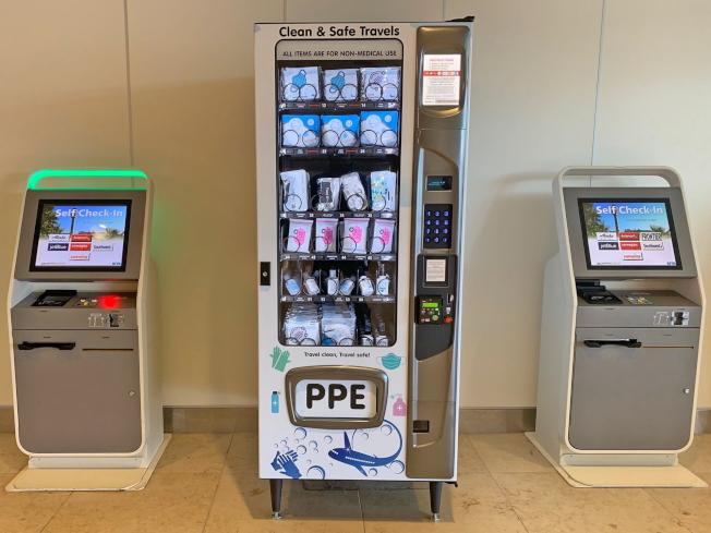 奧蘭多國際機場裝置自動販賣機,方便旅客取得口罩和洗手液等防疫用品。(取自臉書官網)
