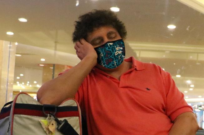 戴口罩小憩的機場旅客。(取自臉書官網)
