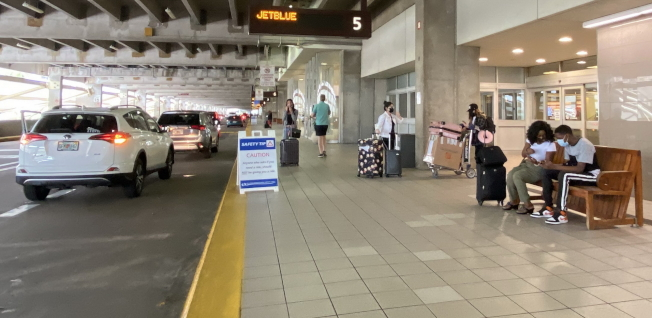 來往機場接送機的旅客和居民都戴口罩。(記者陳文迪/攝影)