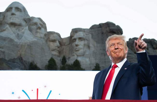 國慶日前夕,川普總統3日晚間在俗稱「總統山」、有著四大總統頭像的拉什摩爾山「總統石像國家紀念公園區」發表演說。(Getty Images)