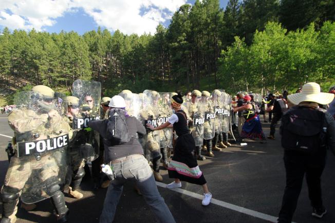 川普總統3日前往南達科他州的總統山國家紀念公園,參加美國國慶煙火施放並發表演說。圖為當地部落的居民在附近抗議。(美聯社)