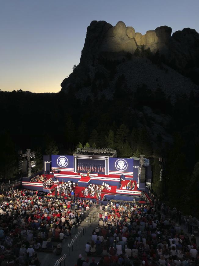 國慶日前夕,川普總統3日晚間在俗稱「總統山」、有著四大總統頭像的拉什摩爾山「總統石像國家紀念公園區」發表演說。(美聯社)