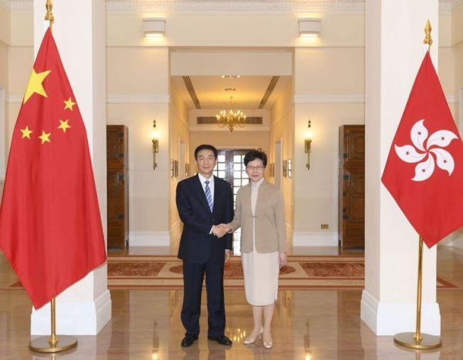 駱惠寧(左)與林鄭月娥(右)在港區國安法制定實施後,分別出任香港國家安全委員會的國家安全事務顧問和國安委主席。(歐新社)