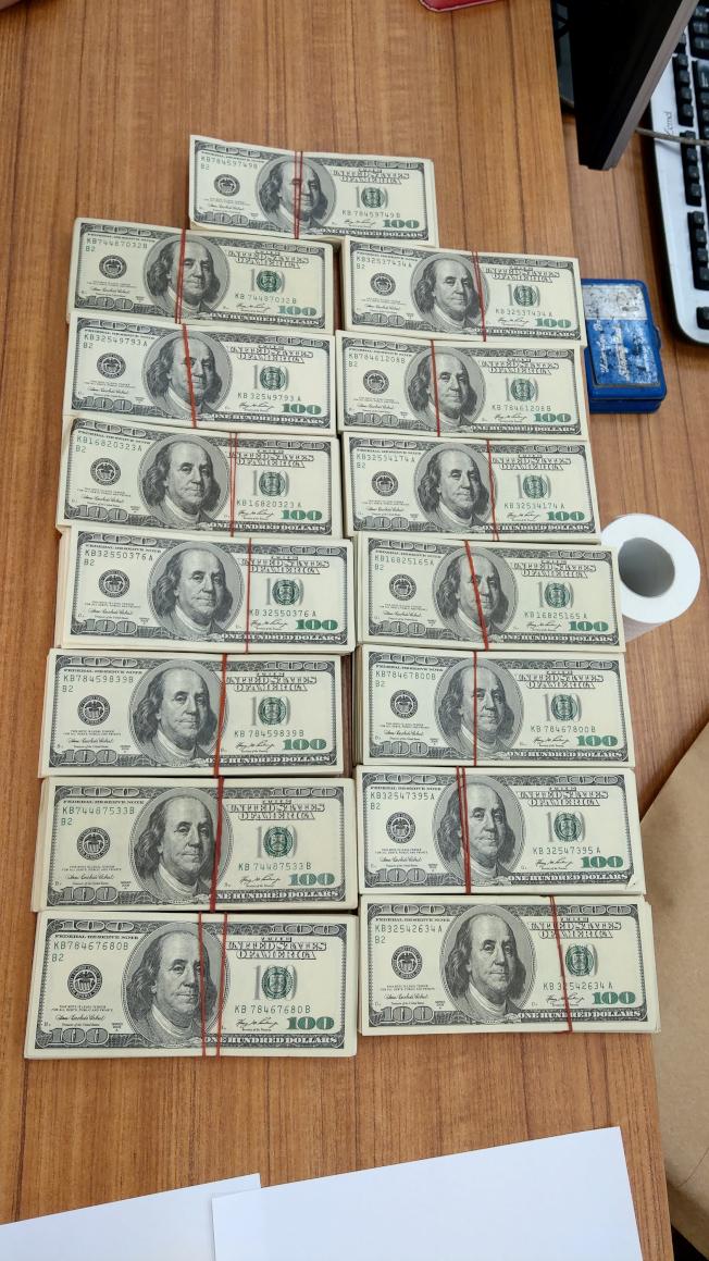 刑事局南部打擊犯罪中心3日宣布逮捕媒介犯嫌黃男等3名男子送辦,全案共查扣偽造百元美鈔1501張。(中央社)