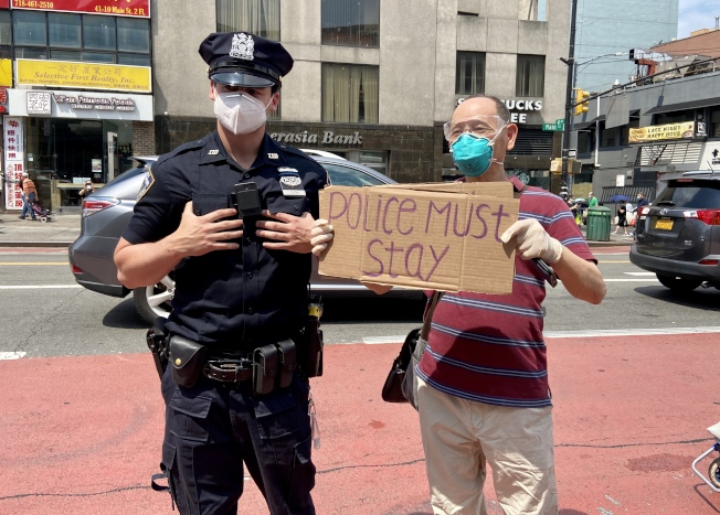 華人支持紐約警察。(記者朱蕾/攝影)
