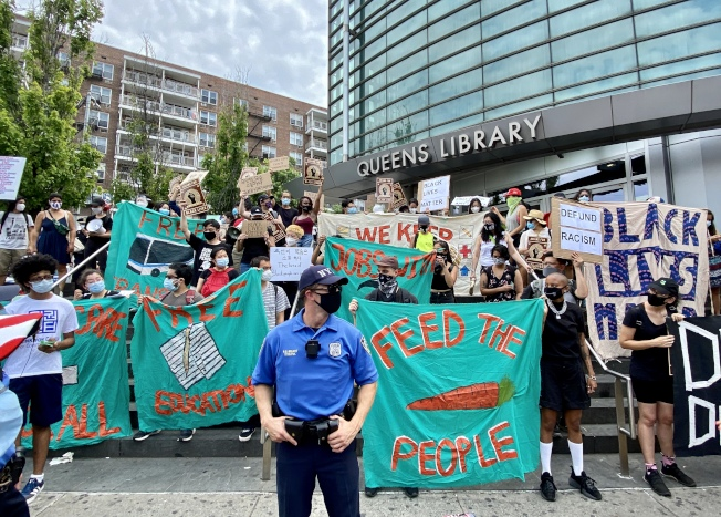 民權中心、紅鶯歌等團體抗議警方、呼籲削減警務經費。(記者朱蕾/攝影)