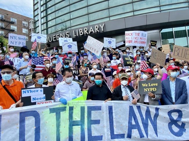 數百名華人聚集法拉盛圖書館前,支持紐約市警,前排右三為杜彼得。(記者朱蕾/攝影)
