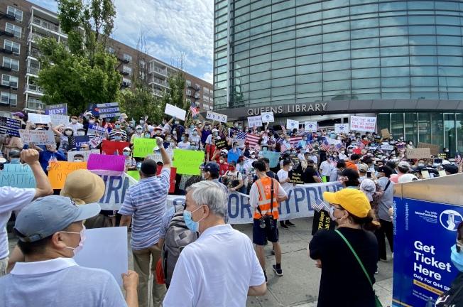 數百名華人聚集法拉盛圖書館前,支持紐約市警。(記者朱蕾/攝影)